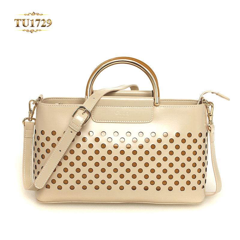 Chất liệu da mềm mịn mang lại cho bạn cảm giác tự tin hơn khi sở hữu chiếc túi xách da này TU1729